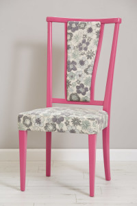 כסא וינטג' ששופץ ונצבע בורוד בזוקה. בד הריפוד נבחר בהשראת הבד המקורי