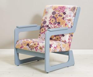 כורסא פרחונית ומשמחת. כל המבנה עוצב מחדש.